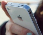протягивает айфон