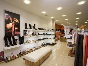 Обувь на прилавке магазина