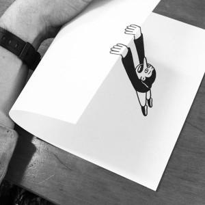 Человек прыгает с края бумаги