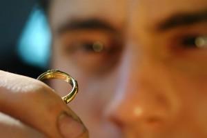 Смотрит на кольцо