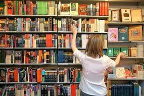 женщина возле книг